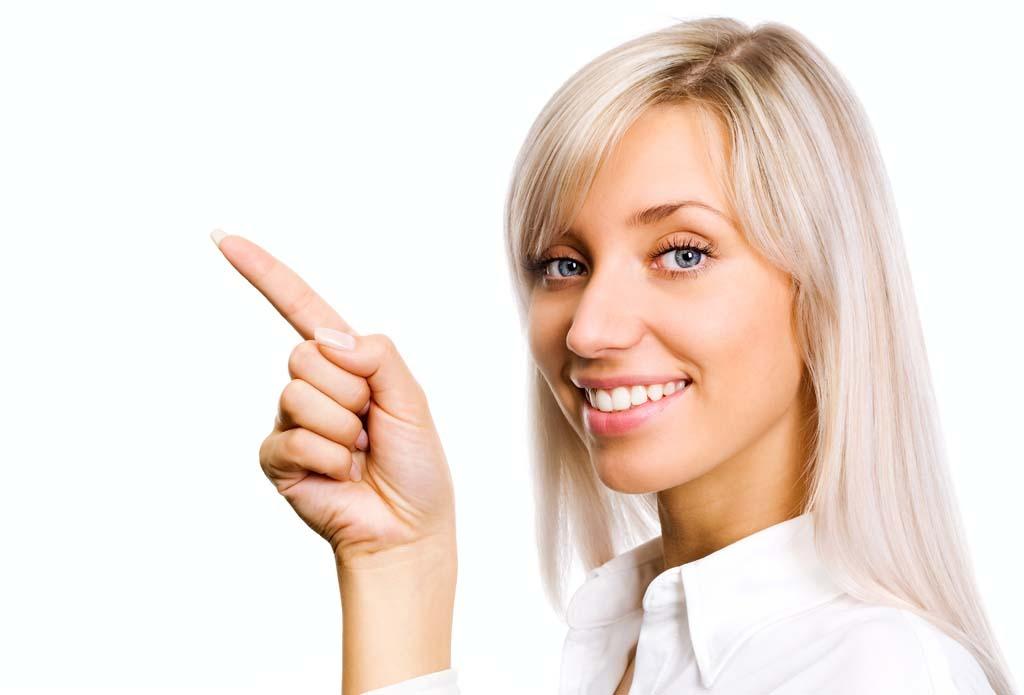 Frau zeigt nach rechts auf Kompetenz und Skills