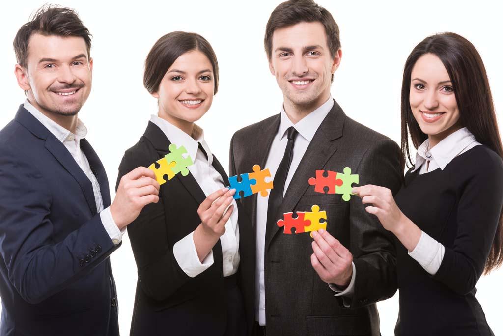 Team hält Puzzleteile für Lösung
